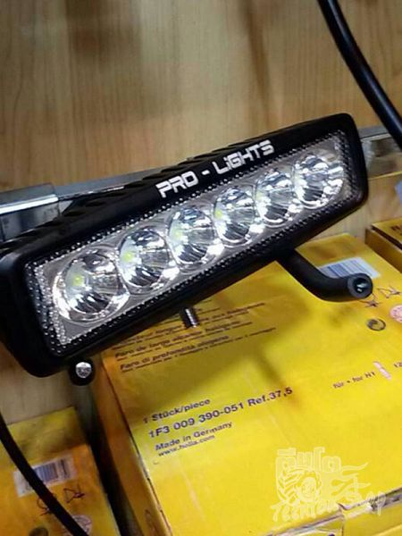 รหัส : PL-1918  	. LED Power: 18W 	. Operating Voltage: 10-30V DC 	. Waterproof rate: IP 67 	. 6pcs*3w high intensity CREE LEDs 	. Optional Color: Black,White 	. Color Temperature:6000K 	. Material:Diecast aluminum housing 	. Lens material:PC 	. Mounting Bracket: Stainless Steel 	. Opitonal Beam: Spot/Flood 	. 30000 hours above life time 	. Size: 2x6 inch  Certificates:CE、 RoHs、 IP67  	ราคา 1,800 บาท