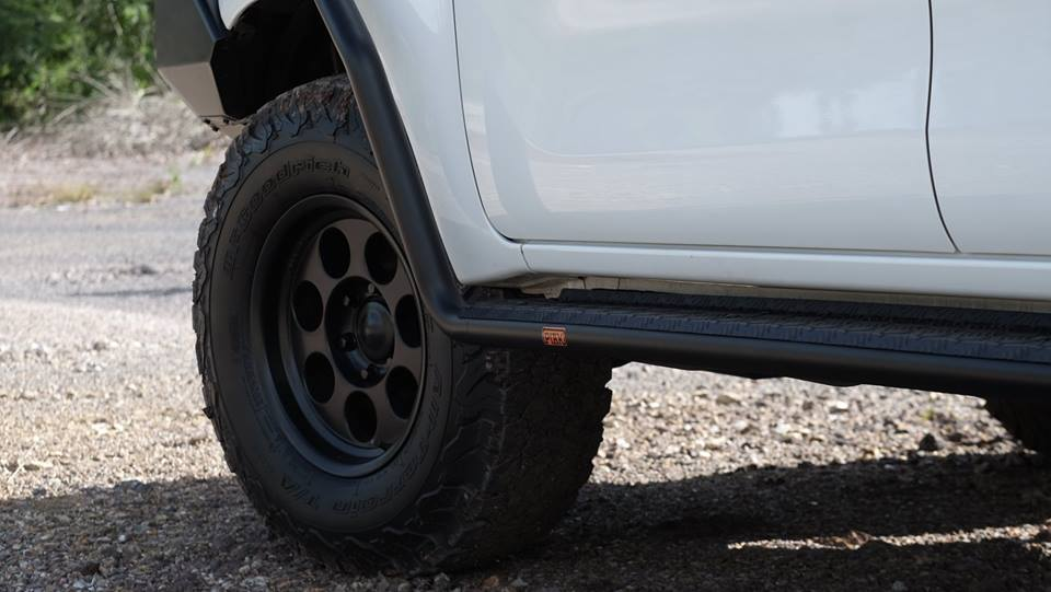 บันไดเปี๊ยก ระยอง SIDE STEPS WITH SIDE RAILS - BLACK CHECKER PLATEToyota Hilux Revo